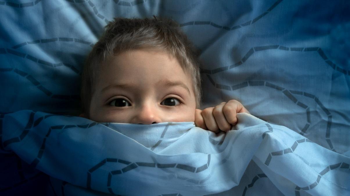 \'Mami, tati, mi-e frica de intuneric\'. Teama de intuneric la copii - cum ii putem ajuta sa o depaseasca