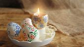 Masa rustica cu oua pictate si lumanare in suport de coaja de ou