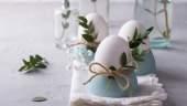 Decor de masa de PAsti cu oua decorate cu sfoara si mladite de eucalipt