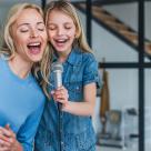 Karaoke și o cină internațională, printre activitățile de realizat neapărat acasă