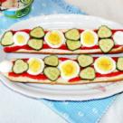 Sandvis cu crema de branza, ou si legume