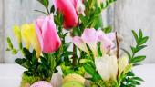 Aranjament floral cu oua vopsite, lalele, frezii si ramurele de merisor