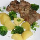 Ceafa de porc la tava cu broccoli si cartofi