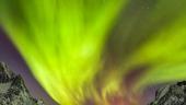 Fuiorul verde de lumina de deasupra insulei Senja, Norvegia