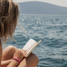 10 Carti CAPTIVANTE de citit la PLAJA