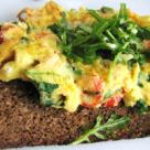 Mic dejun fancy: omleta cu carne de rac si rucola