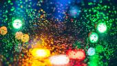 Picaturi psihedelice: Imagine blurata si colorata surprinsa prin geamul ud al masinii