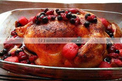 Pui la cuptor cu mere, capsuni si fructe de padure