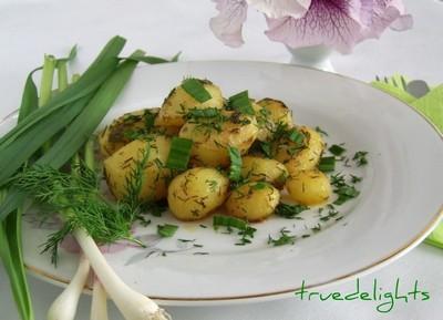 Cartofi noi cu marar si usturoi verde