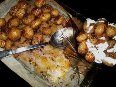 Cartofi noi la cuptor cu sos tzatziki