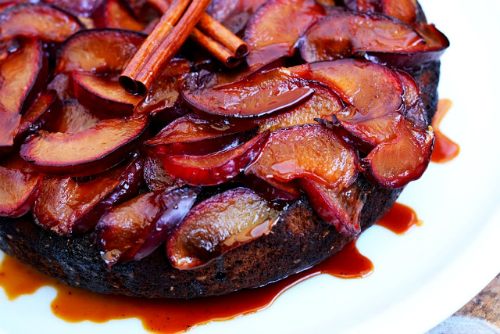 Tarta cu migdale si prune caramelizate
