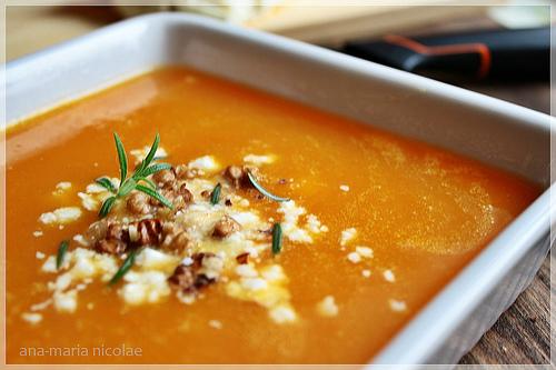 Supa-crema de morcovi cu telemea de capra si nuca