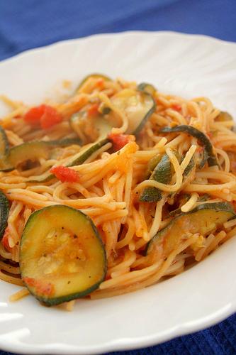 Spaghete cu zucchini si rosii