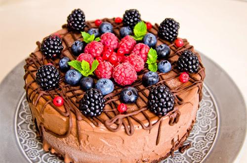 Tort cu inghetata de ciocolata si fructe de padure