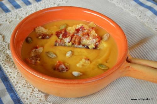 Supa crema de dovleac cu chipsuri de parmezan