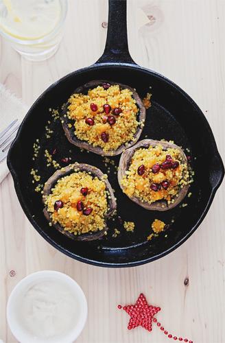 Ciuperci umplute cu amestec de quinoa, cartof dulce copt si seminte de rodie