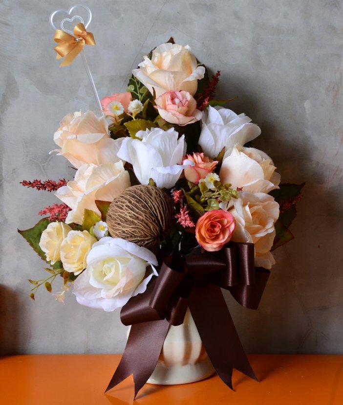 Trandafiri in aranjament floral de toamna