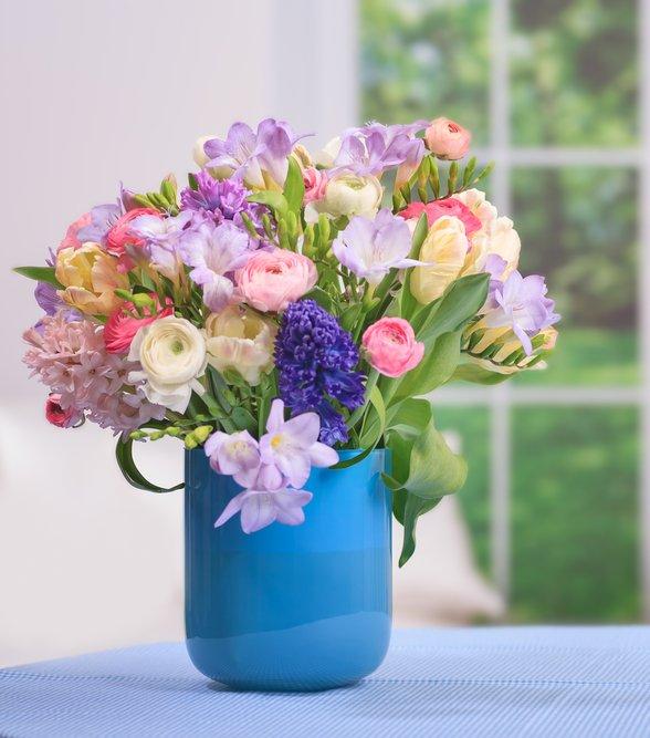 Aranjament floral cu frezii, lalele, ranunculus si zambile
