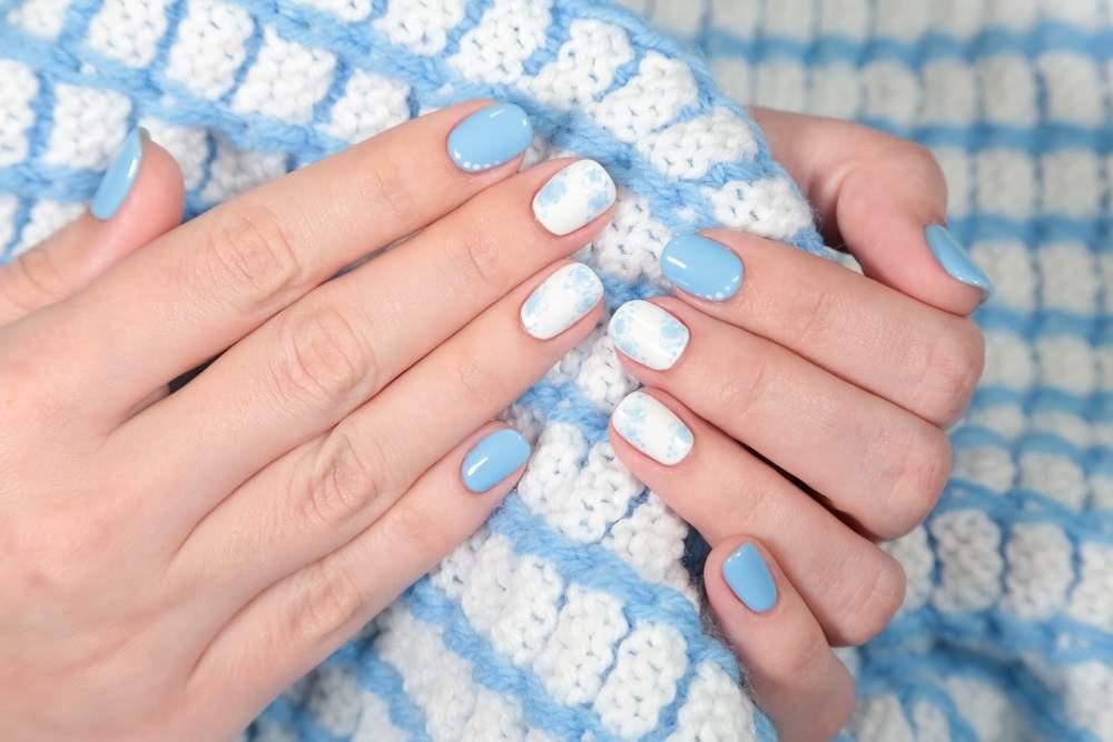 Manichiura white and baby blue