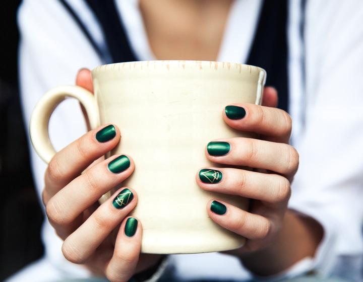 Manichiura verde cu braduti