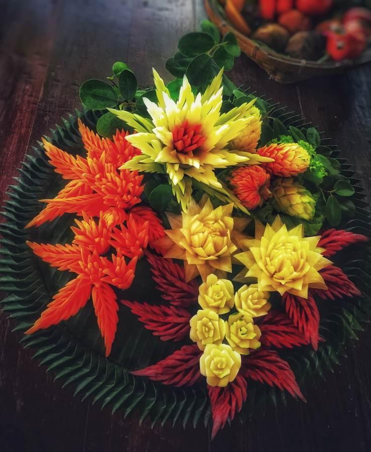 Arta din legume si flori sculptate