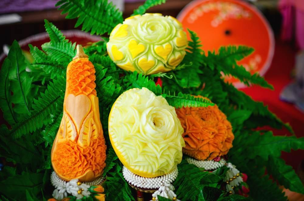 Sculpturi thailandeze traditionale in forma de flori din dovleac si pepene galben