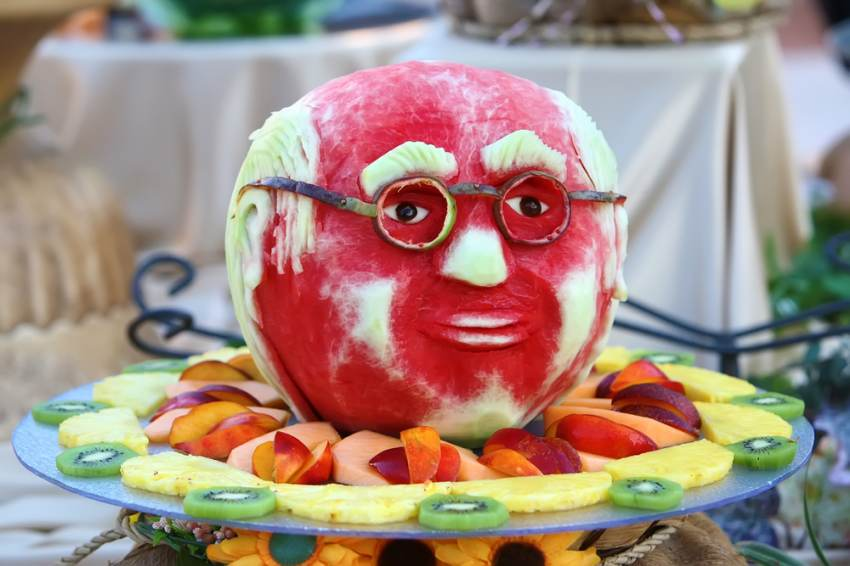 Sculptura din pepene rosu: ganditorul cu ochelari