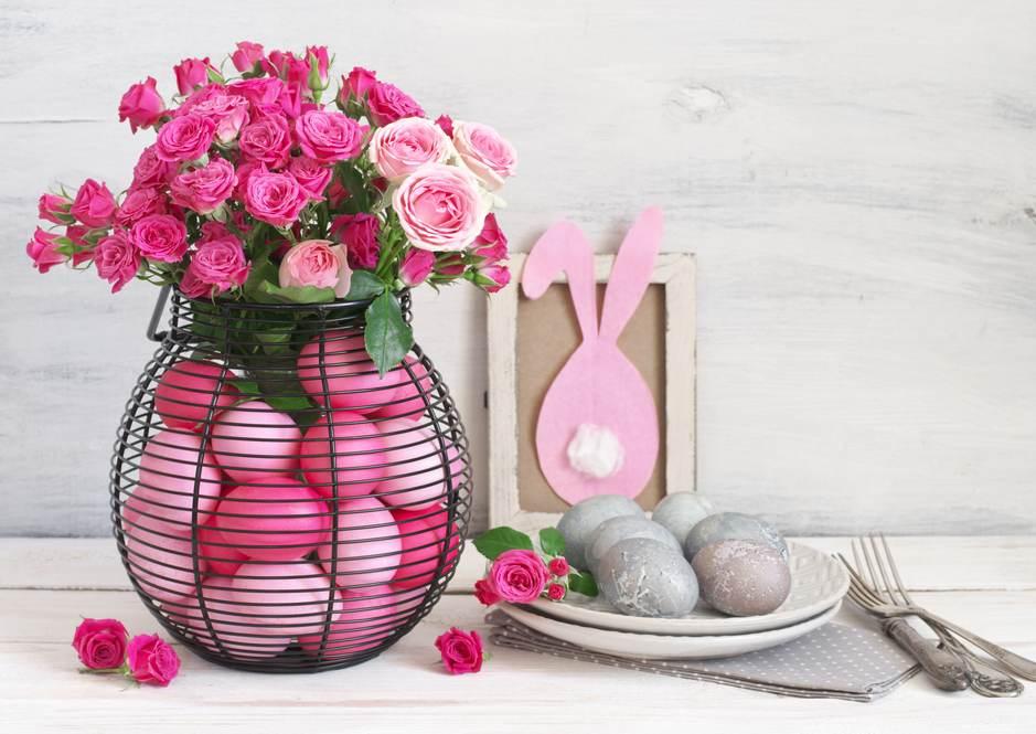 Vaza transparenta cu trandafiri si oua in diverse nuante de roz
