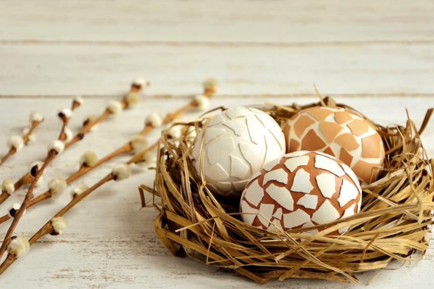 Cuibul cu oua decorate cu coji de oua (prin lipirea bucatilor de coji sparte)