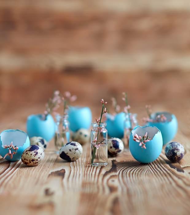 Micro flori in vaze din coji de oua vopsite