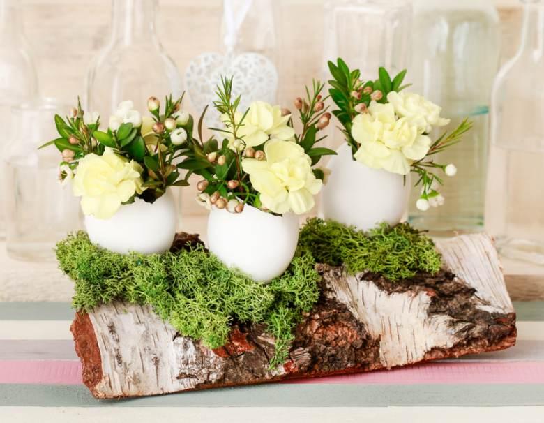 Oua umplute cu garoafe, crengute de merisor, flori de ceara si muschi