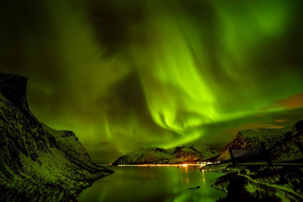 Aurora boreala surprinsa pe insulele arctice Lofoten din Norvegia