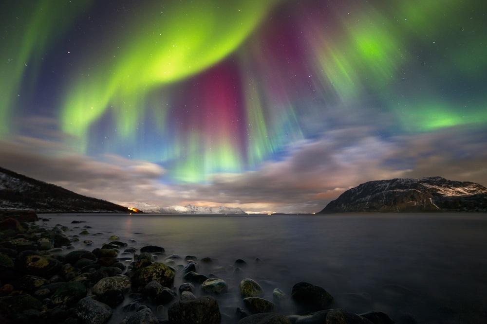 Noapte magica in Norvegia. Aurora surprinsa deasupra muntelui Nupen