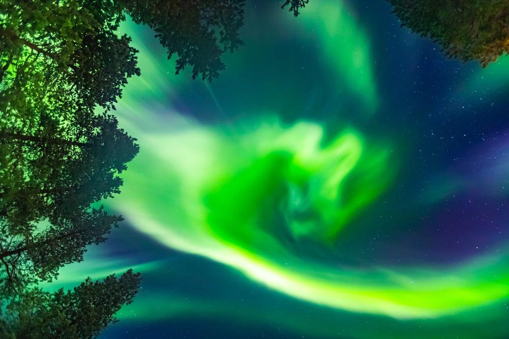 Un cer albastru minunat presarat de verde-galbui magic