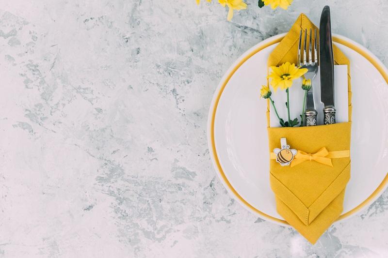 Tacamuri frumos aranjate in servet pentru masa de Pasti