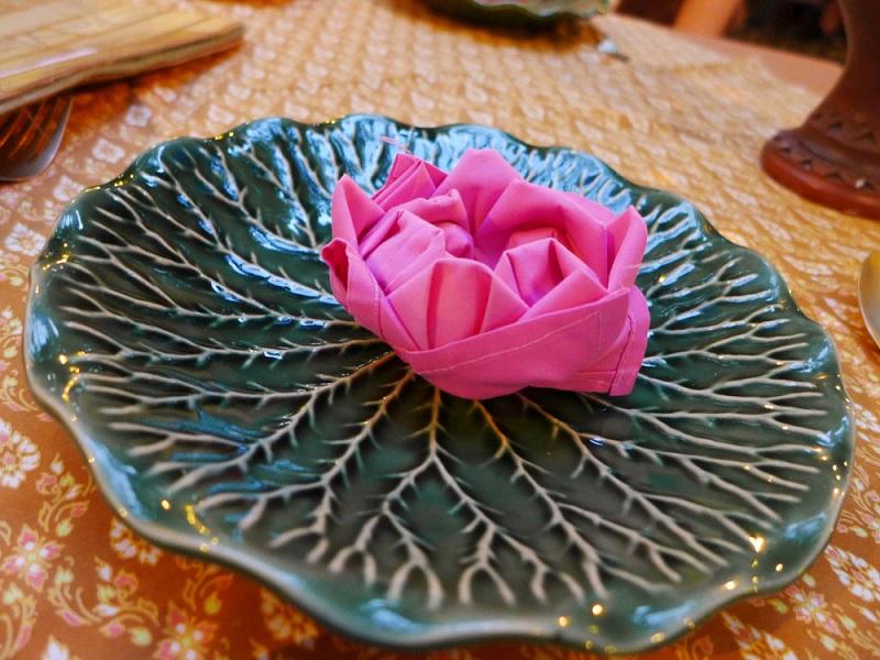 Lotusul plutitor: Servetel textil impaturit in forma de floare