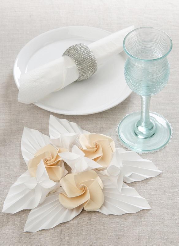 Decor de masa festiv din flori de hartie in stil origami