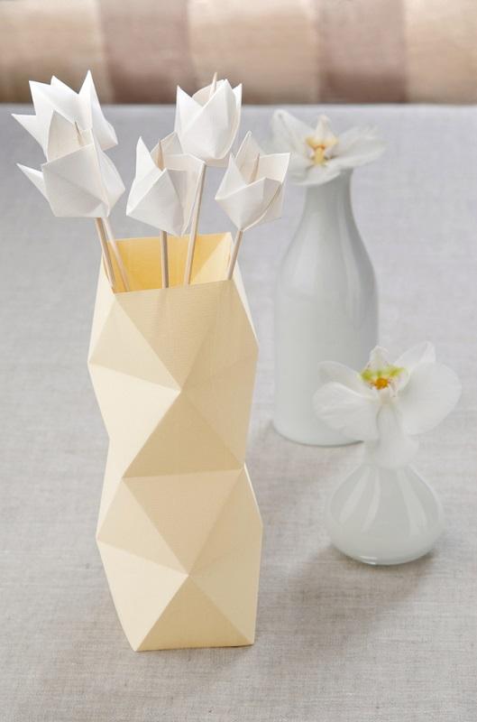 Cu o floare nu se face primavara... dar cu mai multe, din hartie? Si cu o vaza?
