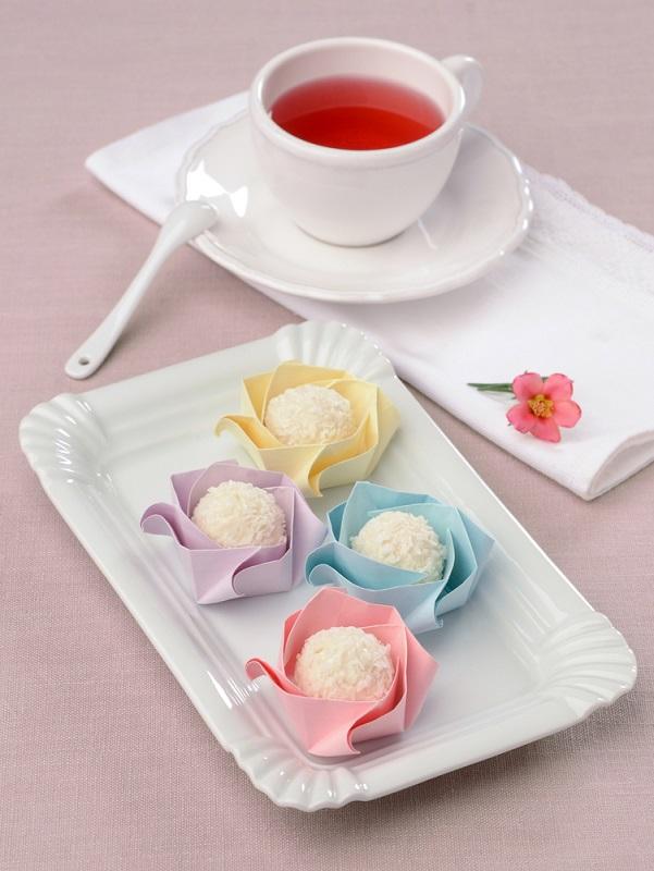 Suporturi origami din hartie pastelata pentru bomboane din nuca de cocos