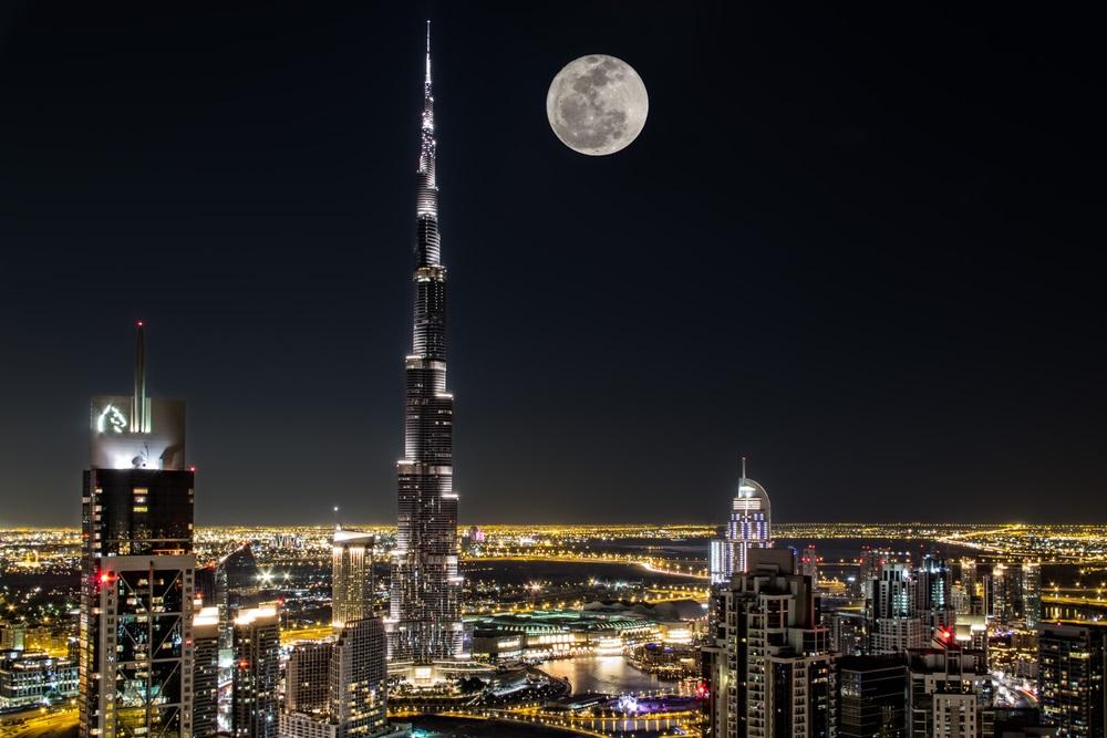 Dubai-ul noaptea are un farmec aparte scaldat in luminile zgarie-norilor si ale lunii pline