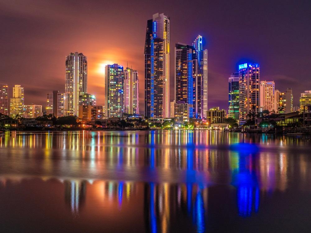 Luna plina care se inalta deasupra orasului Gold Coast (Australia) si a raului Nerang