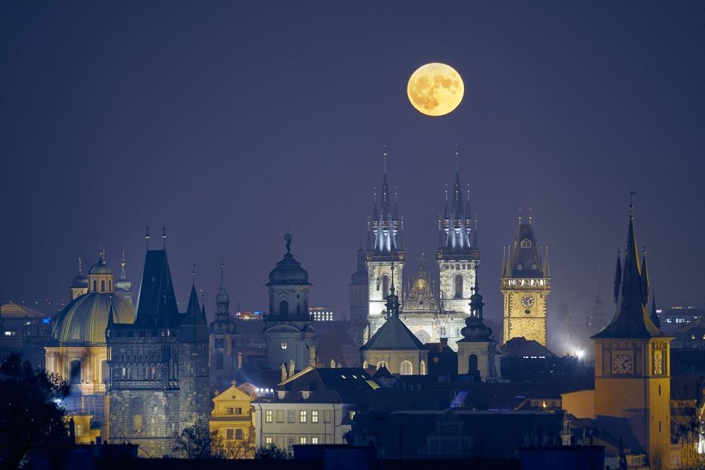 Imagine care surprinde Praga noaptea, cu una dintre cele mai mari luni pline din ultimii 68 de ani.