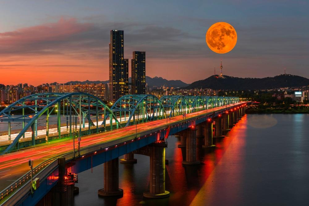 Asfintit deasupra orasului Seul, Coreea de Sud