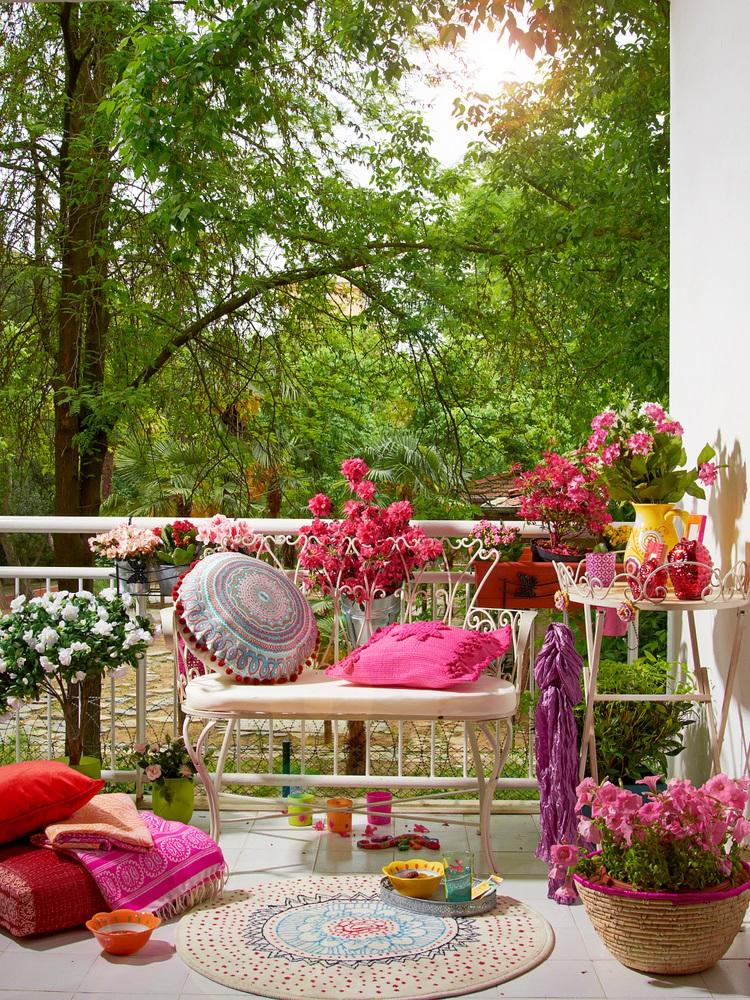 Multa culoare cu multe ghivece de flori colorate