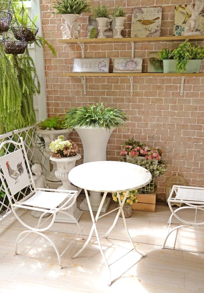 Rafturi pe perete pe care se odihnesc linistite ghivece cu plante de apartament
