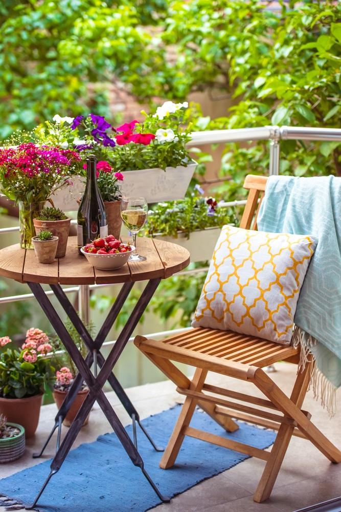 Jardiniere cu petunii, azalee si panselute sau orice fel de flori gingase va doriti
