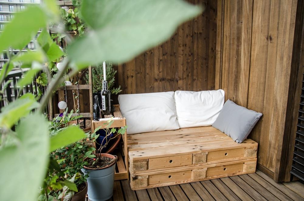 Daca ai un balcon mai spatios, de modul patrat, o canapea din lemn, decorata cu cateva perne confortabile, poate fi micul tau colt de relaxare
