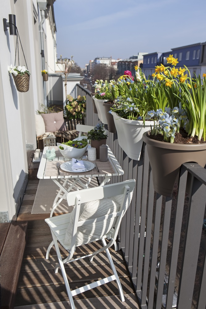 Ghivece incastrate in zabrelele balconului