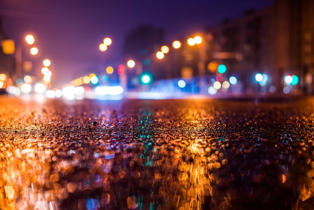 Stare de visare: luminile orasului reflectate in asfaltul umed
