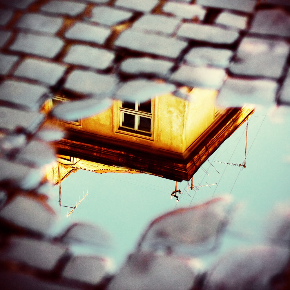 Peisaj de zi: reflexie a unui colt de casa intr-un colt de baltoaca